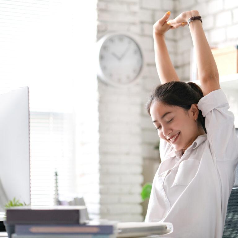 6. Descanse os olhos. Assim que começar a sentir os primeiros sintomas de cansaço ocular, pare o que está a fazer e passe para outras atividades que não impliquem um esforço ocular tão grande. Após o período de descanso pode retomar a atividade que deixou em pausa.